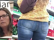 Wide Ass on Nerdy Milf (PAWG)